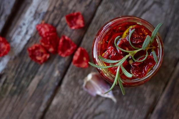 Draufsicht das glas selbst gemachte sonnengetrocknete tomaten mit provenzalischen kräutern