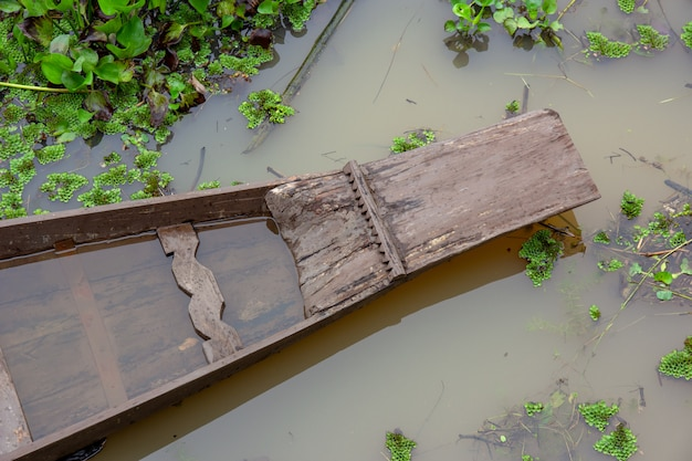 Draufsicht den bug des holzbootes, wie es auf dem kanal schwimmt