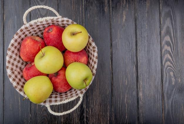 Draufsicht der äpfel im korb auf hölzernem hintergrund mit kopienraum