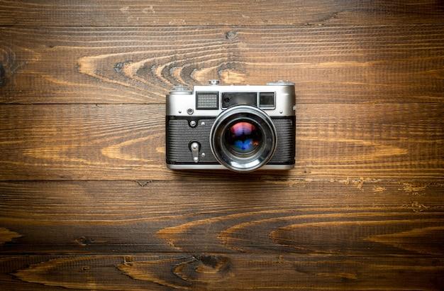 Draufsicht der alten analogen kamera auf holz
