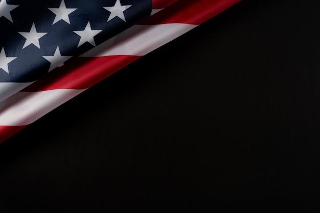 Draufsicht der amerikanischen flagge auf dunklem hintergrund