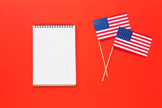 Draufsicht der amerikanischen flaggen mit notizbuch