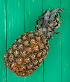 Draufsicht der ananas auf grüner oberfläche