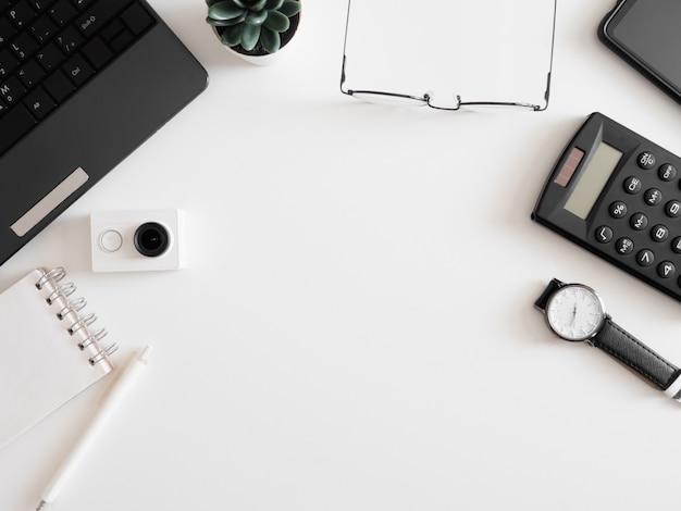 Draufsicht der arbeit von zu hause konzept mit tastatur, taschenrechner und notizbuch auf weißem hintergrund, grafikdesigner, creative designer-konzept.
