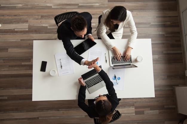 Draufsicht der arbeitskraft hoch fünf zum kollegen geben