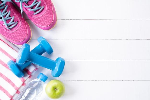 Draufsicht der ausrüstung des athleten auf holztisch