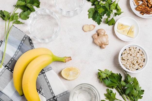 Draufsicht der banane und des ingwers mit zitrone
