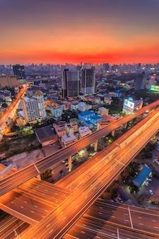 Draufsicht der bangkok-schnellstraße und der landstraße, thailand
