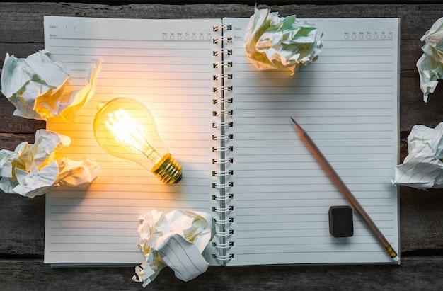 Draufsicht der beleuchteten glühbirne auf einem notebook