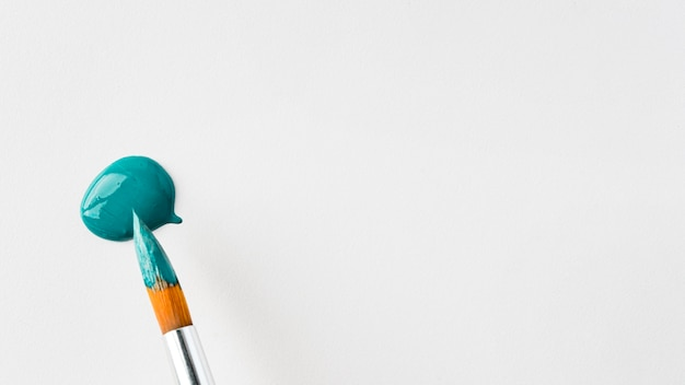 Draufsicht der blauen farbe mit pinsel und kopierraum