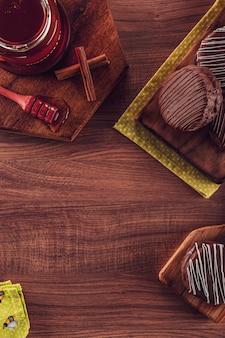 Draufsicht der brasilianischen honigplätzchenschokolade bedeckt auf dem holztisch mit kopienraum - pã £ o de mel