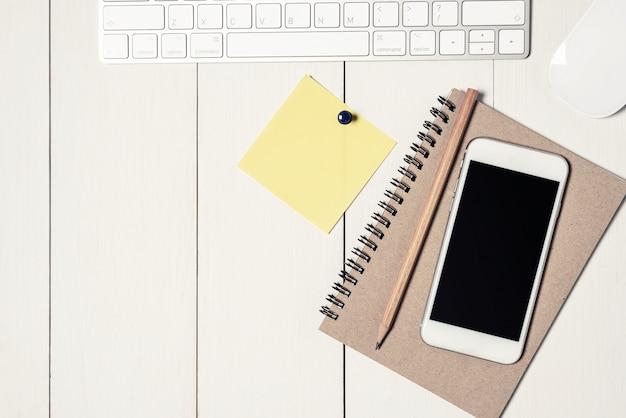 Draufsicht der büroausstattung auf schreibtisch.