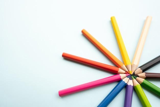 Draufsicht der bunten buntstifte oder des farbstifts, die im bereich eingestellt werden