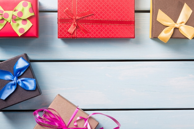 Draufsicht der bunten geschenkboxen