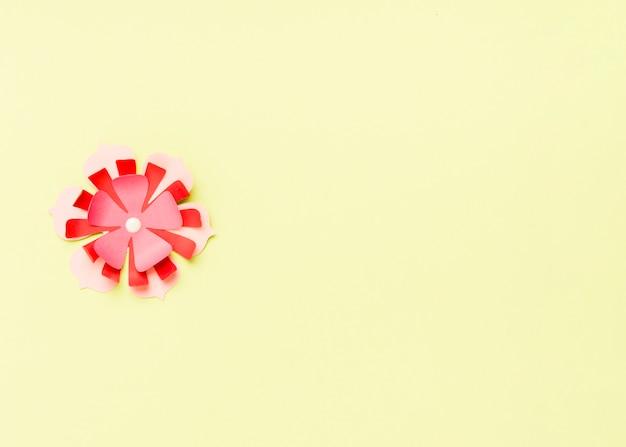 Draufsicht der bunten papierfrühlingsblume mit kopienraum