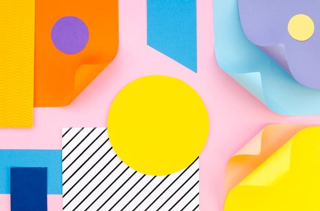 Draufsicht der bunten papiergeometrie und der formen