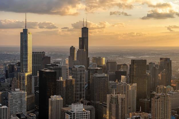 Draufsicht der chicago-stadtbild-flussseite zur sonnenuntergangzeit, im stadtzentrum gelegene skyline usa