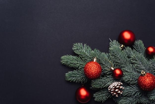 Draufsicht der christbaumzweige mit verzierungen