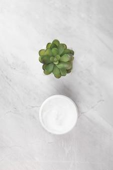 Draufsicht der creme auf marmorhintergrund