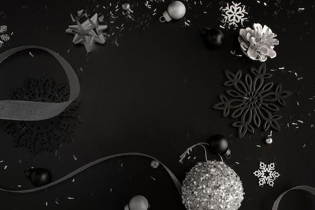 Draufsicht der dunklen weihnachtsverzierungen