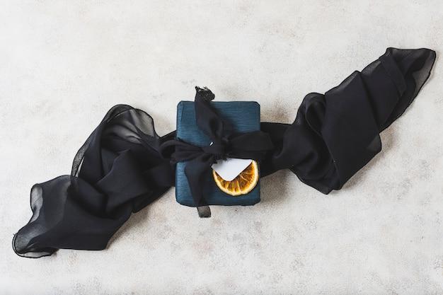 Draufsicht der eingewickelten geschenk- und zitrusfruchtscheibe