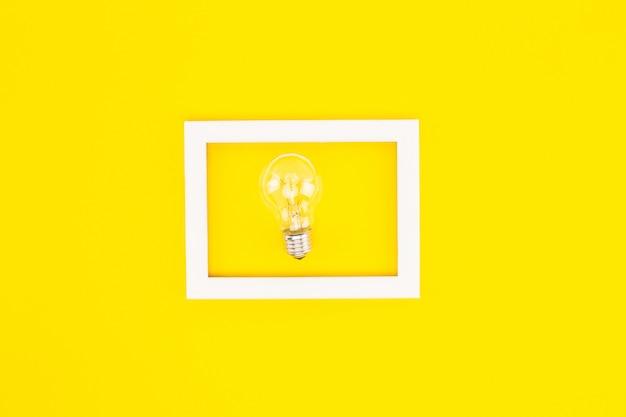Draufsicht der elektrischen glühbirne im rahmen lokalisiert auf gelb