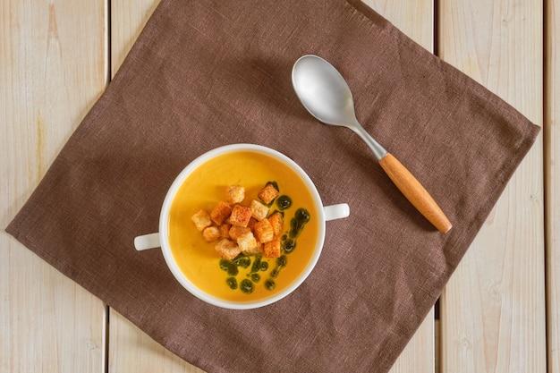 Draufsicht der erbsensuppe mit curry und croutons