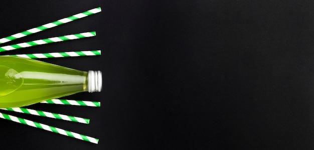 Draufsicht der erfrischungsgetränkeflasche mit strohhalmen