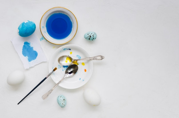 Draufsicht der färbung für ostereier mit bürste und löffeln