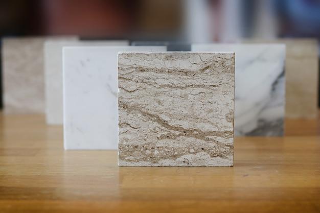 Draufsicht der farbmuster marmor auf eichenholztisch