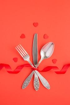 Draufsicht der festlichen tabelleneinstellung für valentinstag auf dem roten hintergrund