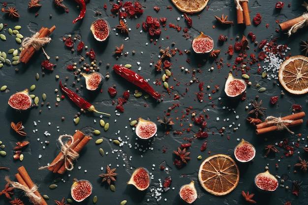 Draufsicht der flachen lage der gewürze und der trockenfrüchte