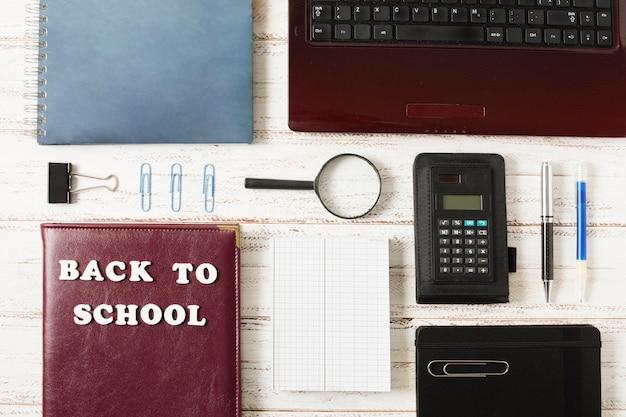 Draufsicht der flachen lage von briefpapierschuleinzelteilen