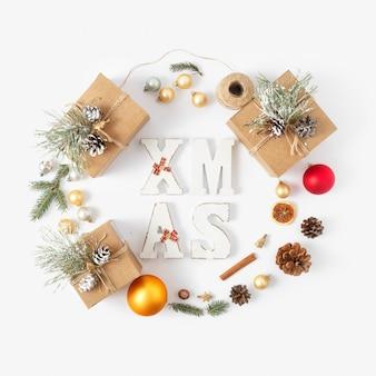 Draufsicht der flachen lage weihnachtswort-weihnachtskranz weihnachtsdekoration