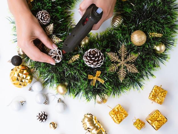 Draufsicht der frau weihnachtsdekorationen machend