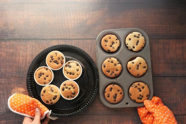 Draufsicht der frauenhand, die schokoladenpfannenkuchen hält.