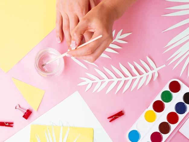 Draufsicht der frauenmalerei-glasschale
