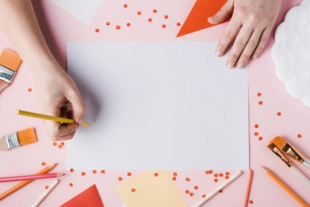 Draufsicht der frauenzeichnung mit gelbem bleistift