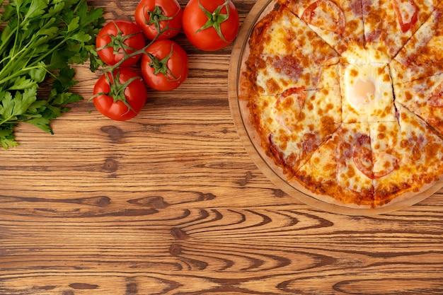 Draufsicht der frisch gebackenen pizza auf holzoberfläche