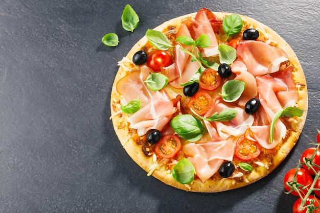 Draufsicht der frischen appetitanregenden pizza auf dunkelheit