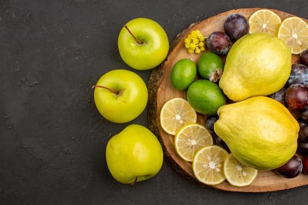 Draufsicht der frischen fruchtzusammensetzung ausgereifte und reife früchte auf der dunklen oberfläche fruchtreifes ausgereiftes frisches vitamin