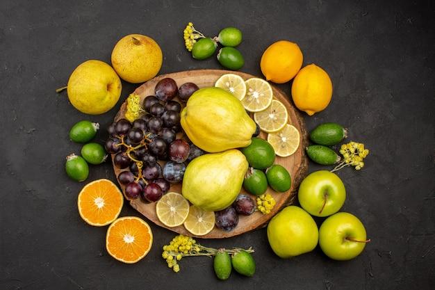 Draufsicht der frischen früchte zusammensetzung reife und reife früchte auf dunkler oberfläche reife früchte vitamin frisch mellow