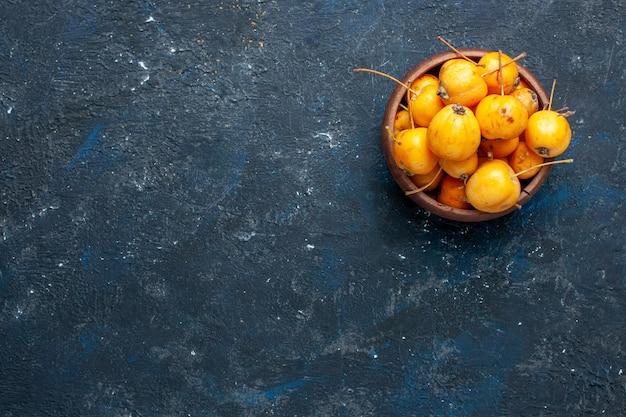 Draufsicht der frischen gelben kirschen reifen und süßen früchte auf dunklem schreibtisch, fruchtbeere frisch weich