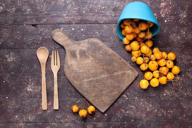 Draufsicht der frischen gelben kirschen weich und saftig auf braunem holz, fruchtfrisch reif