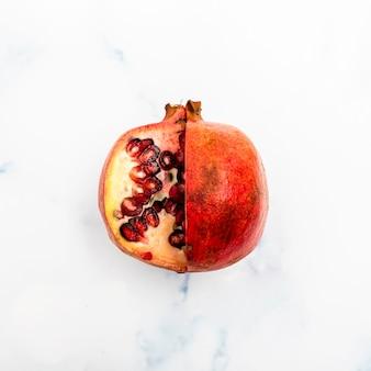 Draufsicht der frischen granatapfelfrucht