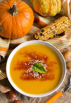 Draufsicht der frischen kürbissuppe und des gemüses
