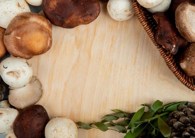 Draufsicht der frischen pilze auf rustikalem holz