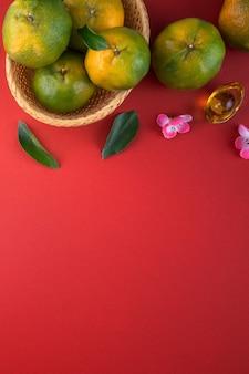 Draufsicht der frischen reifen mandarinen-mandarine mit frischen blättern.