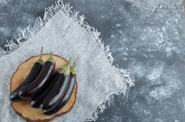 Draufsicht der frischen rohen lila auberginen.
