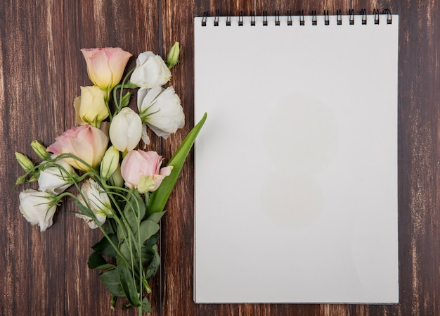 Draufsicht der frischen rosen lokalisiert auf einem hölzernen hintergrund mit kopienraum